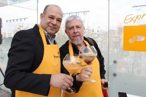 Eu e meu amigo Álvaro com nossos drinks
