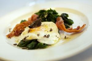Ovos poché com aroma de trufas e panceta sobre espinafre  Johnny Mazzili